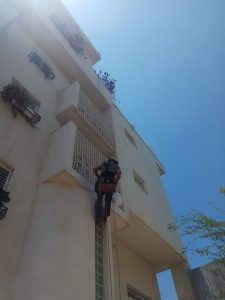 התקנת רשת נגד יונים במרפסת